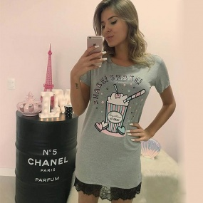 T-Shirt Dress Com Renda na Barra Estampa Milk Shake Luiza Moraes